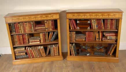 Pair Satinwood Regency Niedrig Open Bücherschränke vorne offen