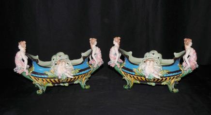 Paar Majolika Keramik Maiden Cherub Ters Vasen Urnen Geschirr
