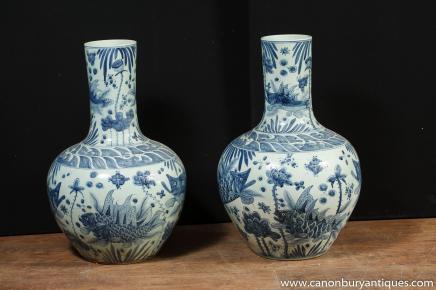 Paar chinesische Kangxi Blau Weiß Porzellan Urnen Knollen Vasen