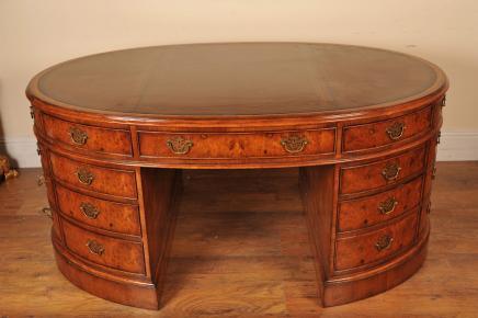 Walnut Victorian Oval Partner Desk Schreibtische
