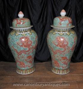 Pair Große chinesische Wucai Ming Porzellan Deckel Urnen Vasen Gläser