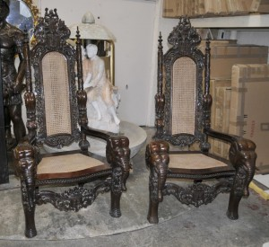 Herr Raffles Gothic Sesseln Throne Chair Hand geschnitzter Elefant Arme