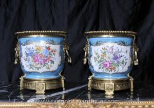 Paar Französisch Sevres Porcelain Floral Pflanztöpfe