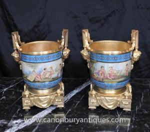 Pair Sevres Porcelain Cache Töpfe Cherub Ters Ormolu Französisch