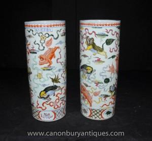 Pair chinesischen Ming-Porzellan Schirmständer Urnen Vasen handbemalt