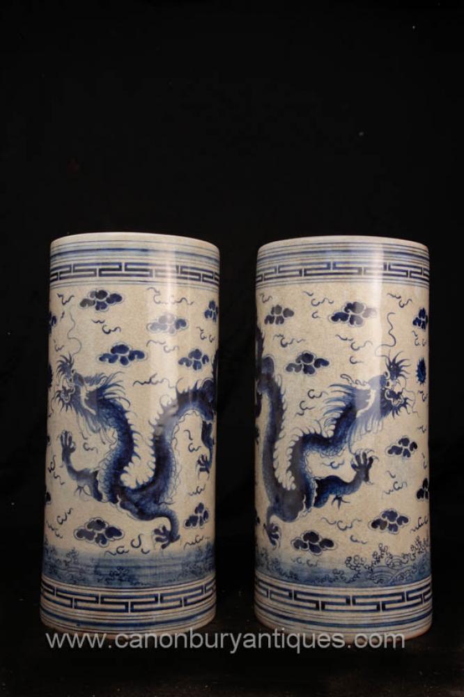 Pair chinesische blaue und weiße Porzellan-Drache Vasen Schirmständer