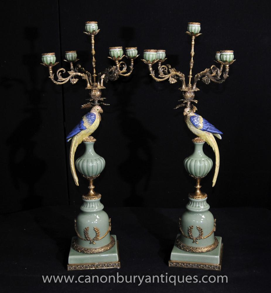 Paar Französisch Porzellan Parrot Candelabras Ormolu Ständer