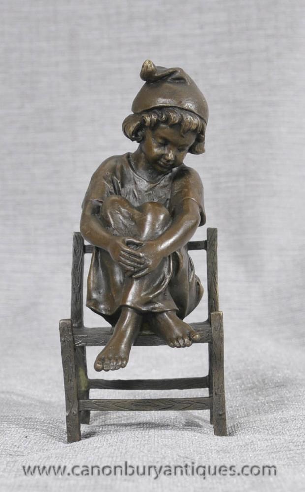 Kleine Französisch Bronze Kind sitzt auf dem Stuhl