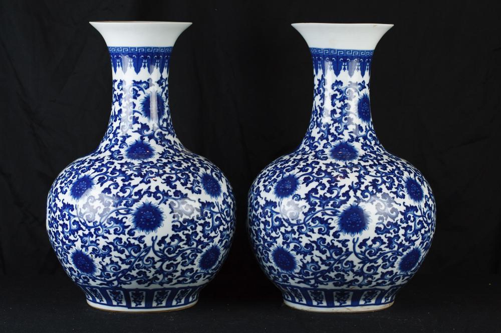 paar blaue und wei e chinesischen ming porzellan tempel gl ser vasen urnen. Black Bedroom Furniture Sets. Home Design Ideas