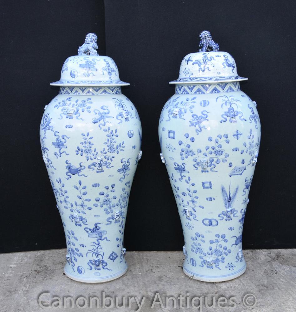 Paar Große Blau und Weiß Ming Porzellan Lidded Urnen Vasen Tempel