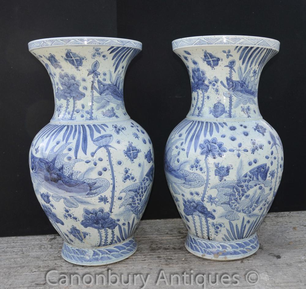 Pair Chinese Kangxi blau und weiß Porzellan Bulbous Vasen Urnen