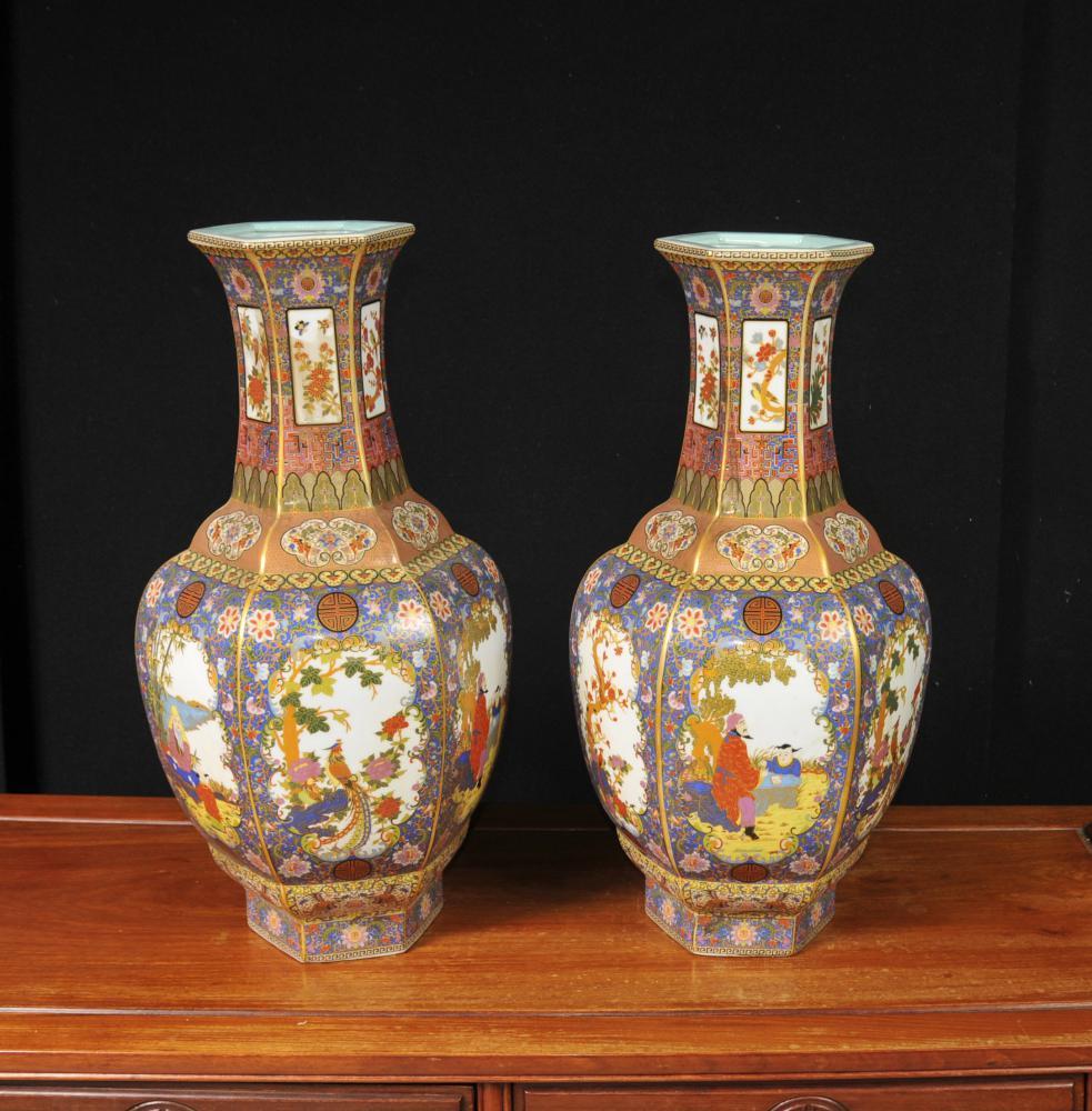 Paar chinesische Imari Porzellan-Vasen Urnen Blumen Arabesken
