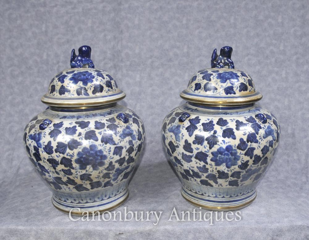 paar blaue und wei e chinesische porzellan deckel urnen vasen gl ser t pfe kangxi. Black Bedroom Furniture Sets. Home Design Ideas