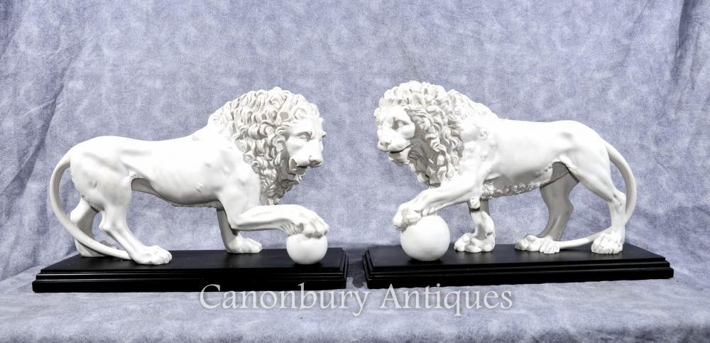 Paar italienische Stein Medici Lions Paw Ball-Katzen Statuen