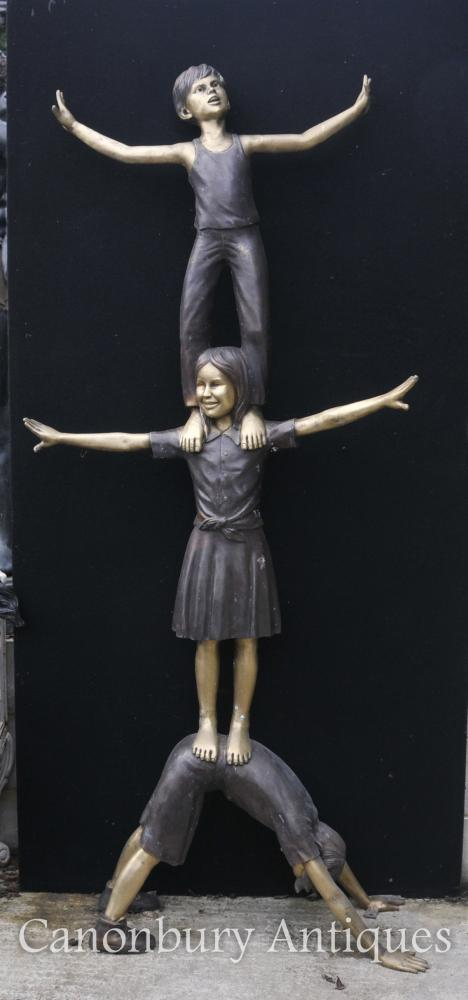 XL lebensgroße Bronzestatue Drei Kinder Akrobatik Garten Skulptur