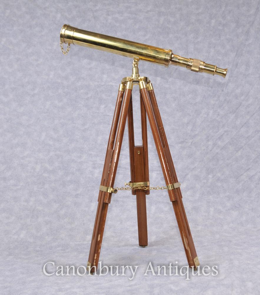 Englisches Messing Teleskop auf hölzerner Stativbasis
