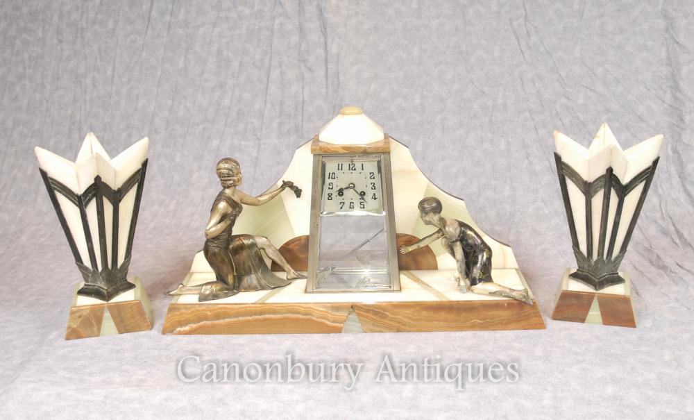 Französische Antike Art-Deco-Mantel-Taktgeber-Satz Spelter-Figur 1920s Marmor Urnen