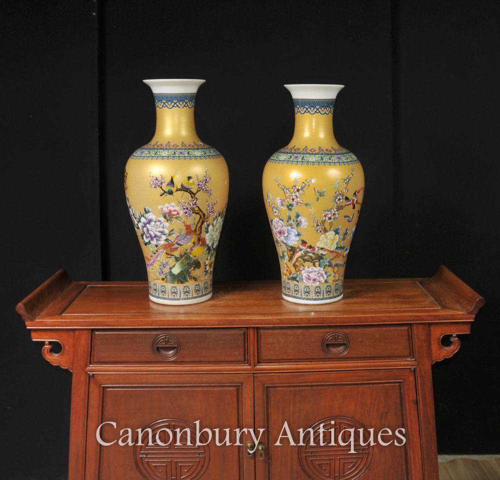 Paar Chinese Kangxi Porzellan-Vasen Urnen Gelb Familie