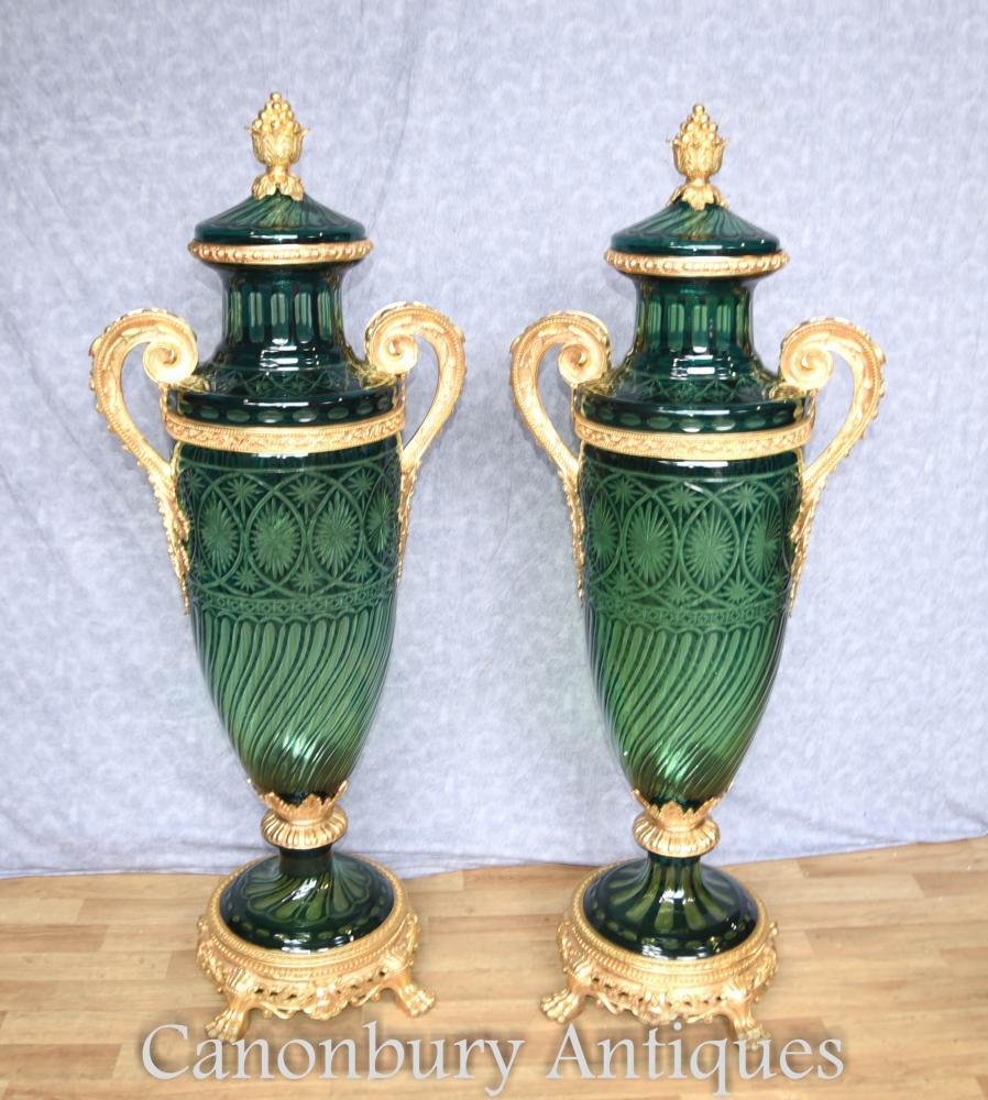 Paar Französisches Reich Amphora geschnittenes Glas Vasen montiert Urnen