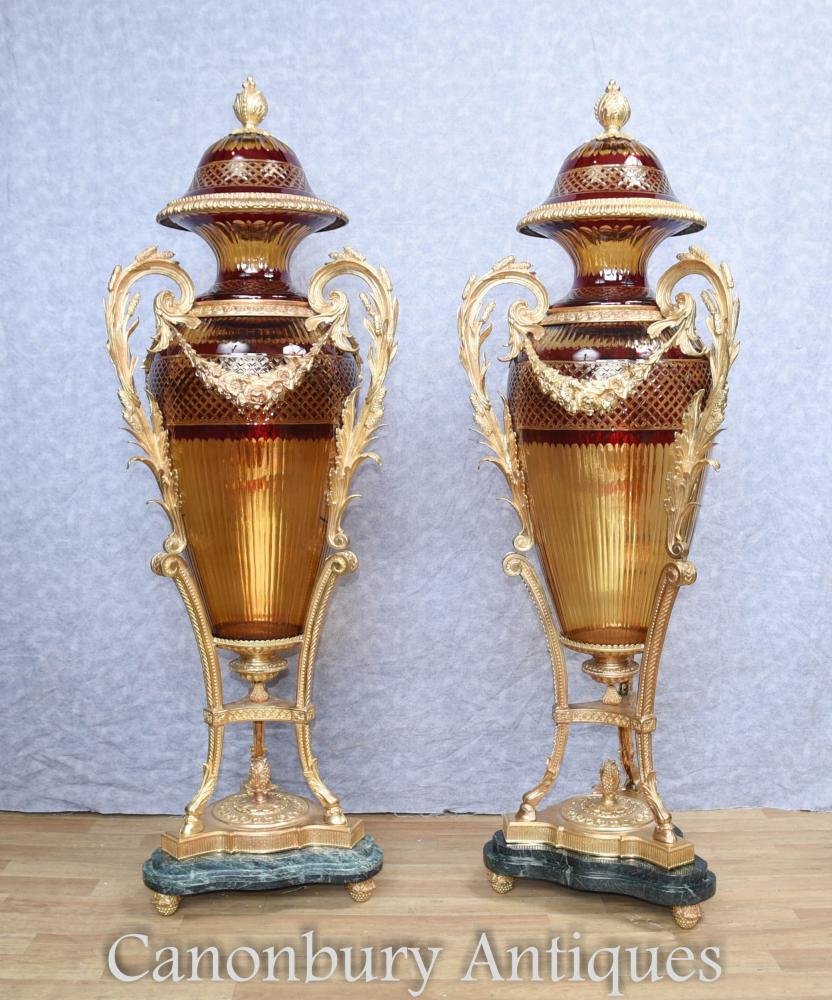 Paar große französische Schnitt Glas Amphora Urnen Vasen Louis XVI