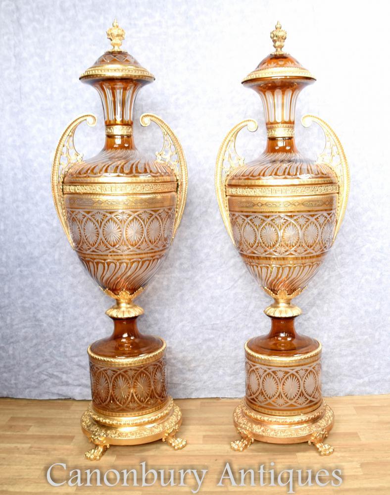 Paar große französische Schnitt Glas Urnen auf Sockelständer Empire Vasen
