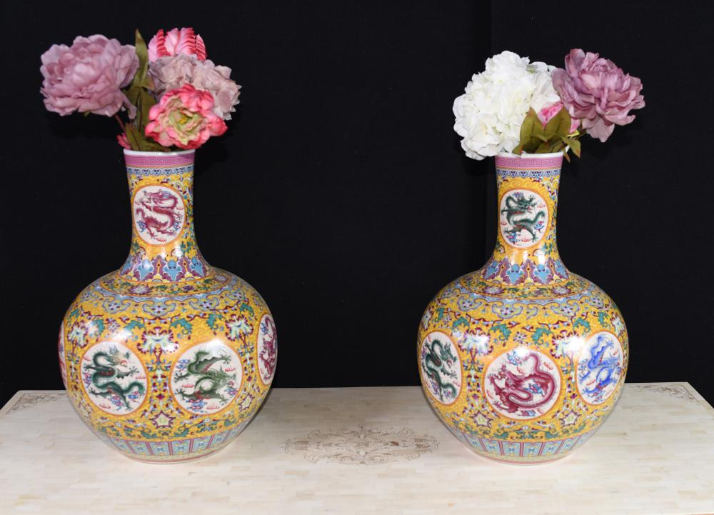 Paar chinesische Ming Dragon Vasen Urnen Familie Rose Shangping Form
