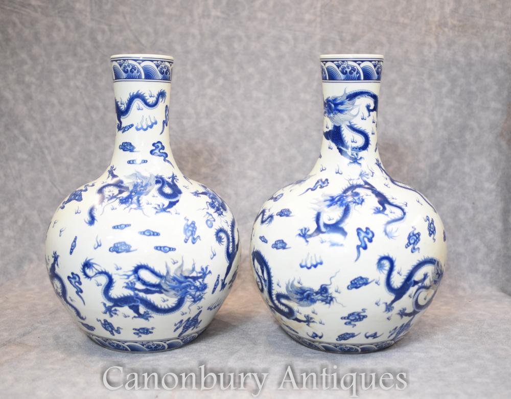 Paar chinesische Ming blau und weiß Porzellan Dragon Vasen Urnen
