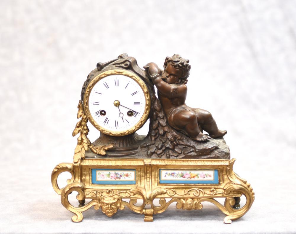Antike französische Umhang-Uhr - Bronze Cherub und Sevres-Porzellan-Plaketten