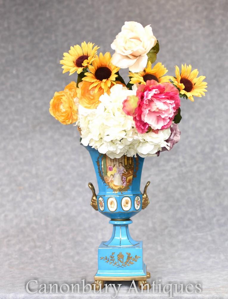 Dresdner Porzellanurne auf Stand - deutsche Keramikvase Campana