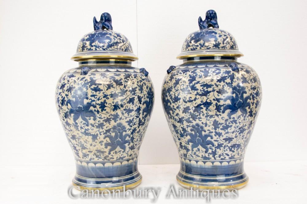 Paar blaue und weiße Porzellanvasen - chinesische Ming-Urnen